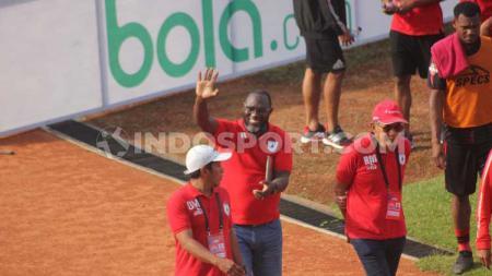 Pelatih Persipura Jayapura, Jacksen F. Tiago (tengah) saat menyapa publik Persipura di Stadion Mandala. - INDOSPORT