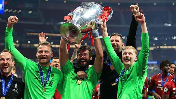 Tiga kiper Liverpool, Simon Mignolet (kiri), Alisson Becker, dan Caoimhin Kelleher Copyright: Marc Atkins/Getty Images