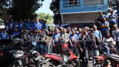 Indosport - Anggota dan pengurus Viking Persib Club (VPC) berkumpul di depan sekretariat lamanya di Jalan Gurame, Kota Bandung.