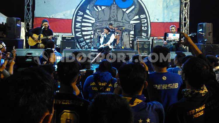 Yukie Pas Band menghibur anggota Viking dan Bobotoh saat perayaan ulang tahun Viking ke-26 di Stadion Persib, Jalan Ahmad Yani, Kota Bandung. Copyright: Arif Rahman/INDOSPORT
