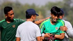 Indosport - Ernando memegang tangannya yang cedera saat latihan di Lapangan Jenggolo, Sidoarjo.