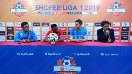Guy Junior dan Darije Kalezic menghadiri konferensi pers pasca laga PSM Makassar vs Persebaya Surabaya yang berakhir kemenangan 2-1. - INDOSPORT