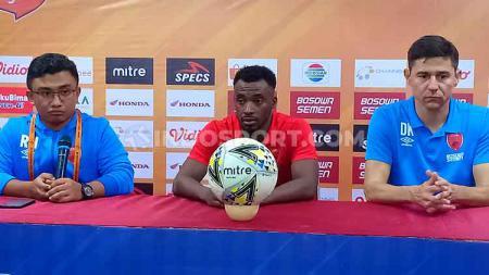Roy Wanson, Guy Junior, dan Darije Kalezic menghadiri konferensi pers pasca laga melawan Persebaya Surabaya. - INDOSPORT