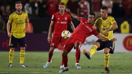 Gelandang Bayern Munchen, Thiago Alcantara dijaga pemain Arsenal di ICC 2019 - INDOSPORT