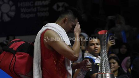 Tunggal China, Lin Dan dikalahkan tunggal Taiwan, Chou Tien Chen dengan rubber set 22-24, 21-17 dan 21-13 pada babak ketiga Indonesia Open 2019 di Istora Senayan, Kamis (18/07/19). Foto: Herry Ibrahim/INDOSPORT - INDOSPORT