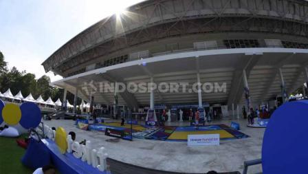 Selain melihat pertandingan, pengunjung Indonesia Open 2019 juga berkesempatan mencoba bermain bulutangkis di Istora Senayan . Foto: Herry Ibrahim/INDOSPORT