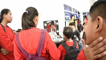 Pengunjung Indonesia Open 2019 bisa tampil unik dengan cara mendatangi stand lukis wajah yang terdapat di salah satu sudut Istora Senayan. Foto: Herry Ibrahim/INDOSPORT