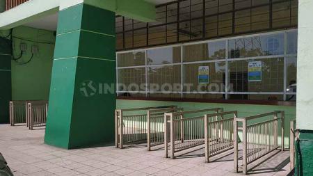 Suasana loket penjualan tiket di Stadion Gelora Delta, Sidoarjo. Foto: Fitra Herdian/INDOSPORT - INDOSPORT