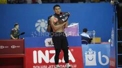 Indosport - Tunggal putra Indonesia, Jonatan Christie, membuka kaosnya usai pertandingan. Foto: Herry Ibrahim/INDOSPORT