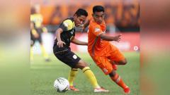 Indosport - Duel pemain Barito Putera, Evan Dimas dan pemain Borneo pada laga Liga 1 2019. Foto: Instagram@borneofc.id