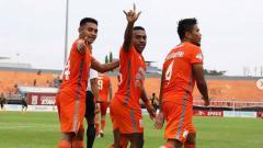 Indosport - Selebrasi pemain Borneo FC usai mencetak gol ke gawang Barito Putera. Foto: Instagram@borneofc.id