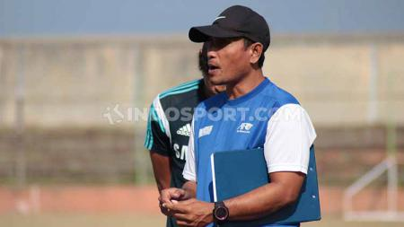 Pelatih Perseden Denpasar, Wayan Sukadana, memimpin tim dalam laga Liga 3 2019. Foto: Nofik Lukman Hakim/INDOSPORT - INDOSPORT