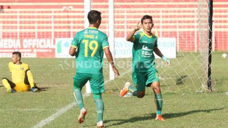 Pemain Sriwijaya FC, Ryan Wiradinata, saat membobol gawang Persibat Batang. Foto: Alvin Syaptia Pratama/INDOSPORT - INDOSPORT