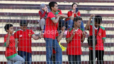 Beberapa Suporter Timnas Indonesia yang datang ke Stadion Gelora Delta, Sidoarjo, Kamis (18/07/19). Foto: Fitra Herdian/INDOSPORT - INDOSPORT