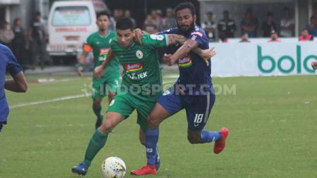 Gelandang PSS Sleman, Brian Ferreira berusaha melewati kawalan pemain PSIS Semarang, Arthur Bonai dalam laga di Stadion Maguwoharjo, Rabu (17/07/19). Ronald Seger Prabowo/INDOSPORT - INDOSPORT