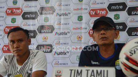 Pelatih Blitar United Liestiadi (kanan) didampingi pemainnya Murdaim (kiri) dalam temu pers jelang pertandingan PSMS vs Blitar United, Kamis (18/7/2019). - INDOSPORT