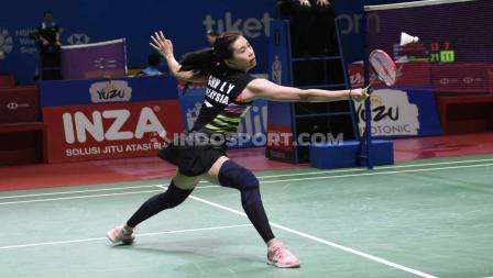 Pemain ganda campuran Malaysia, Goh Liu Ying mencoba mengembalikan kok pukulan wakil Indonesia, Tontowi Ahmad/Winny Oktavi pada perempatfinal Indonesia Open 2019 di Istora Senayan, Jumat (19/07/19). Foto: Herry Ibrahim/INDOSPORT