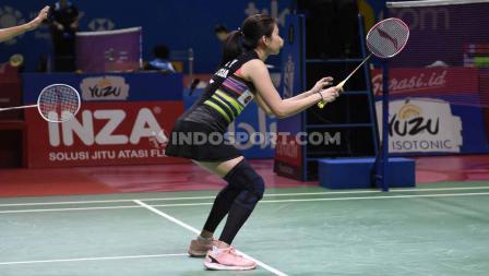 Goh Liu Ying bersiap menerima servis pasangan Indonesia, Tontowi Ahmad/Winny Oktavi pada perempatfinal Indonesia Open 2019 di Istora Senayan, Jumat (19/07/19). Foto: Herry Ibrahim/INDOSPORT