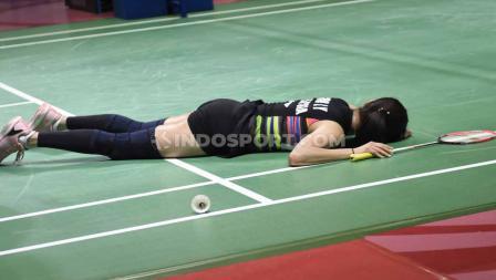 Goh Liu Ying/Chan Peng Soon terjatuh di lantai setelah tidak mampu membalas bola pukulan, Tontowi Ahmad/Winny Oktavi pada perempatfinal Indonesia Open 2019 di Istora Senayan, Jumat (19/07/19). Foto: Herry Ibrahim/INDOSPORT