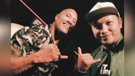 Gading Marten bersama Dwayne 'The Rock' Johnson. Foto: Instagram@gadiiing - INDOSPORT