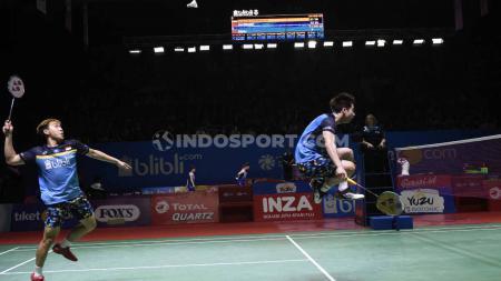Aksi Kevin/Marcus di perempatfinal Indonesia Open 2019, Jumat (19/07/19). Foto: Herry Ibrahim/INDOSPORT - INDOSPORT