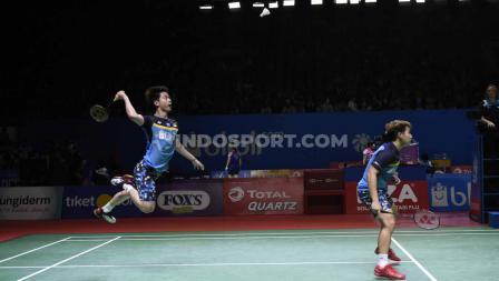 Ganda putra Indonesia, Kevin Sanjaya/Marcus Fernaldi melaju ke semifinal Indonesia Open 2019 setelah mengalahkan ganda China, Zhang Nan/Ou Xuan Yi dengan skor 21-12 dan 21-16 di Istora Senayan, Jumat (19/07/19). Foto: Herry Ibrahim/INDOSPORT