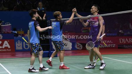 Ganda putra Indonesia, Kevin Sanjaya/Marcus Fernaldi dan ganda China, Zhang Nan/Ou Xuan Yi bersalaman usai laga, Jumat (19/07/19). Foto: Herry Ibrahim/INDOSPORT