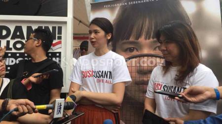 Laura Basuki dan Susy Susanti saat memperkenalkan film Susy Susanti Love All. - INDOSPORT