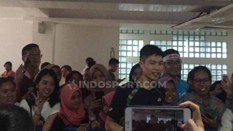 Chou Tien Chensaat melayani permintaan foto dari para penggemar. Foto: Petrus Manus Da
