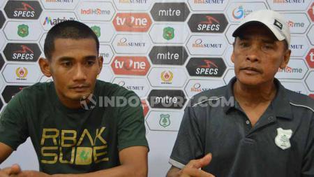 Pelatih PSMS Medan Abdul Rahman Gurning (kanan) didampingi pemainnya Legimin Raharjo (kiri) dalam temu pers usai pertandingan. Foto: Aldi Aulia Anwar/INDOSPORT - INDOSPORT