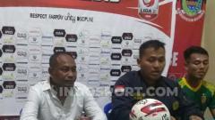 Indosport - Pelatih Sriwijaya FC, Kas Hartadi (kiri), dalam sesi jumpa pers.