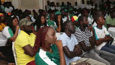 Ekspresi ketegangan dari pendukung Timnas Senegal saat melihat negara mereka tak mampu menyamakan kedudukan di sepanjang laga saat melawan Aljazair