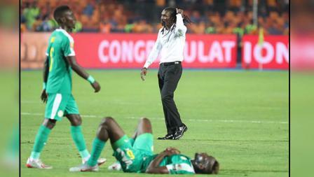 Ekspresi kekecewaan dari pelatih Timnas Senegal, Aliou Cisse bersama anak asuhnya saat dipastikan gagal jadi juara Piala Afrika 2019 usai dikalahkan Aljazair