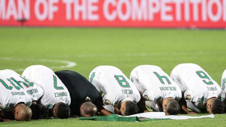 Juara Piala Afrika 2019, para pemain Timnas Aljazair bersujud mengucapkan terima kasih kepada Tuhan