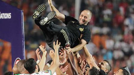 Salah satu ucapan terima kasih dari pemain Timnas Aljazair kepada pelatihnya, Djamel Belmadi yang telah memberikan gelar juara Piala Afrika 2019 dengan melemparnya ke udara