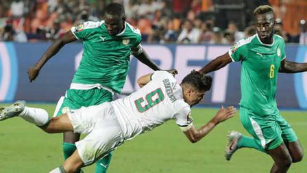 Usai mencetak gol cepat untuk Timnas Aljazair, Baghdad Bounedjah mendapat penjagaan ketat dari para pemain Timnas Senegal