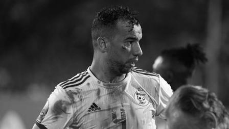Tidak sia-sia pemain Aljazair, Djamel Benlamri harus bersimbah darah karena pada akhirnya ia berhasil tersenyum lebar usai menjuarai Piala Afrika 2019