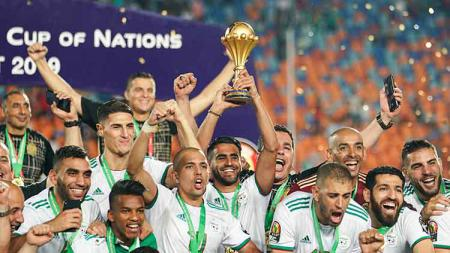 Zinedine Zidane turut memberi selamat Aljazair yang tampil sebagai juara Piala Afrika 2019. Ulrik Pedersen/NurPhoto via Getty Images. - INDOSPORT