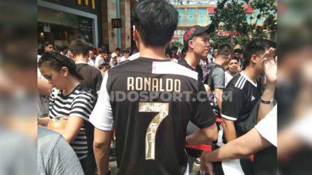 Fans Juventus asal Singapura mengenakan jersey unik saat mengantre dalam meet and greet ICC 2019 di Resorts World Sentosa, Sabtu (20/7/19). - INDOSPORT