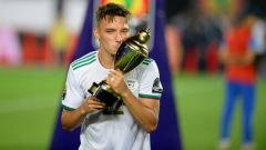Indosport - Ismael Bennacer berpose bersama trofi Piala Afrika 2019.
