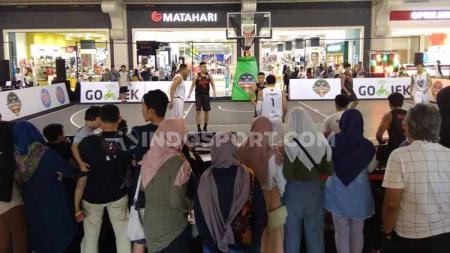 Keramaian para penonton menyaksikan pertandingan kategori tim ibl di Ibl Gojek 3x3 seri Yogyakarta, Sabtu (20/07/19) di Jogja City Mall. - INDOSPORT