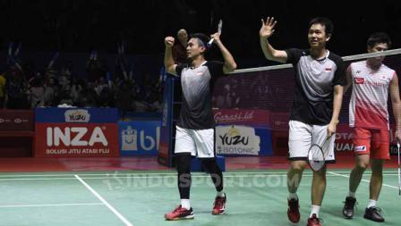 Mohammad Ahsan/Hendra Setiawan melambaikan tangan pada suporter Istora yang senantiasa bergemuruh memberikan dukungan.
