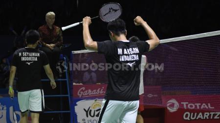 Ganda putra antara wakil Indonesia, Mohammad Ahsan/Hendra Setiawan merayakan kemenangan sekaligus lolos ke semifinal Indonesia Open 2019.h - INDOSPORT