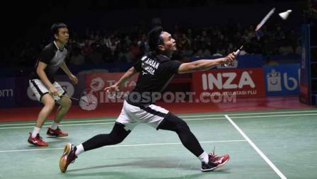 Ganda putra antara wakil Indonesia, Mohammad Ahsan/Hendra Setiawan kembalikan smash kepada pasangan Jepang.