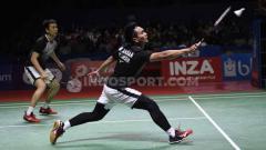 Indosport - Ganda putra antara wakil Indonesia, Mohammad Ahsan/Hendra Setiawan kembalikan smash kepada pasangan Jepang.