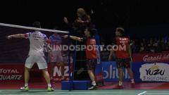 Indosport - Kevin Sanjaya/Marcus Gideon saat Li Junhui/Liu Yuchen melakukan protes ke wasit Indonesia Open 2019.