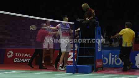 Ganda putra China, Liu Yuchen protes kepada wasit dalam laga semifinal Indonesia Open 2019 melawan Kevin/Marcus.