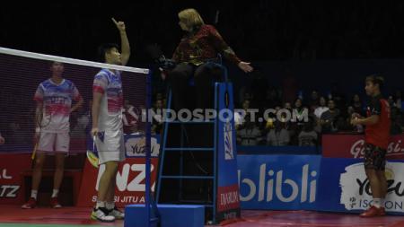 Ganda putra China, Liu Yuchen protes kepada wasit dalam laga semifinal Indonesia Open 2019 melawan Kevin/Marcus. - INDOSPORT