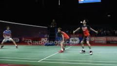 Indosport - Ekspresi lucu Kevin Sanjaya dalam upaya mengembalikan kok dari serangan Li Junhui/Liu Yuchen.