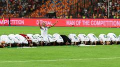 Indosport - Timnas Aljazair melakukan selebrasi sujud syukur usai menjadi juara Piala Afrika 2019.